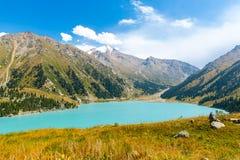 Θεαματική φυσική μεγάλη λίμνη του Αλμάτι, βουνά της Τιέν Σαν στο Αλμάτι, Καζακστάν, Ασία Στοκ Εικόνες