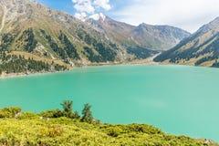 Θεαματική φυσική μεγάλη λίμνη του Αλμάτι, βουνά της Τιέν Σαν στο Αλμάτι, Καζακστάν, Ασία Στοκ Φωτογραφίες