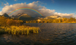 Θεαματική, όμορφη ανατολή πέρα από τη λίμνη βουνών Στοκ φωτογραφία με δικαίωμα ελεύθερης χρήσης