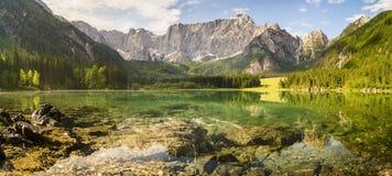 Θεαματική, όμορφη ανατολή πέρα από Lake Laghi Di Fusine Στοκ Εικόνες