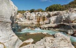 Θεαματικοί καταρράκτες και ορμητικά σημεία ποταμού των καταρρακτών du Sautadet στη Γαλλία Στοκ Φωτογραφία