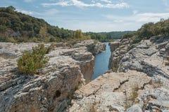 Θεαματικοί καταρράκτες και ορμητικά σημεία ποταμού των καταρρακτών du Sautadet στη Γαλλία Στοκ Φωτογραφίες