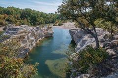 Θεαματικοί καταρράκτες και ορμητικά σημεία ποταμού των καταρρακτών du Sautadet στη Γαλλία Στοκ φωτογραφία με δικαίωμα ελεύθερης χρήσης