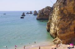 Θεαματικοί σχηματισμοί βράχου που βλέπουν από Praia Δ ` Ana στοκ φωτογραφία