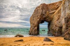 Θεαματικοί φυσικοί απότομοι βράχοι και αψίδα Arche de Port Blanc πετρών Στοκ εικόνα με δικαίωμα ελεύθερης χρήσης