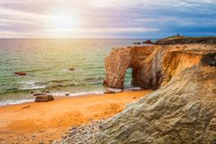 Θεαματικοί φυσικοί απότομοι βράχοι και αψίδα Arche de Port Blanc πετρών Στοκ εικόνες με δικαίωμα ελεύθερης χρήσης