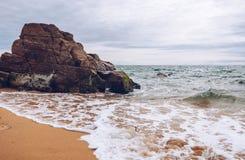 Θεαματικοί φυσικοί απότομοι βράχοι και αψίδα Arche de Port Blanc πετρών Στοκ φωτογραφία με δικαίωμα ελεύθερης χρήσης