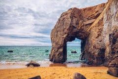 Θεαματικοί φυσικοί απότομοι βράχοι και αψίδα Arche de Port Blanc πετρών Στοκ Εικόνες
