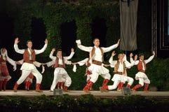 Θεαματικοί χορευτές του Μαυροβουνίου στο υπαίθριο στάδιο Στοκ φωτογραφία με δικαίωμα ελεύθερης χρήσης