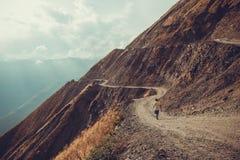 Θεαματικός και επικίνδυνος δρόμος βουνών, Tusheti, Γεωργία ύδωρ σκαλών έννοιας βαρκών διοπτρών ανασκόπησης περιπέτειας Τοποθετήστ Στοκ φωτογραφία με δικαίωμα ελεύθερης χρήσης