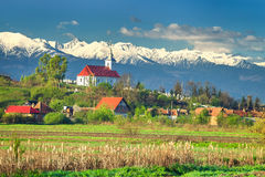 Θεαματικό αγροτικό τοπίο άνοιξη και χιονώδη βουνά, Τρανσυλβανία, Ρουμανία, Ευρώπη Στοκ εικόνες με δικαίωμα ελεύθερης χρήσης