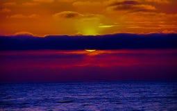 Θεαματικό ηλιοβασίλεμα πέρα από το Ειρηνικό Ωκεανό στοκ εικόνα με δικαίωμα ελεύθερης χρήσης