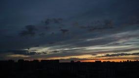 Θεαματικό ηλιοβασίλεμα πέρα από την πόλη απόθεμα βίντεο