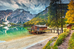 Θεαματικό ξύλινο boathouse στην αλπική λίμνη, δολομίτες, Ιταλία, Ευρώπη Στοκ Φωτογραφία