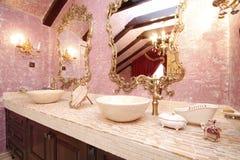 Θεαματικό λουτρό με τους αριστοκρατικούς καθρέφτες Στοκ Εικόνες