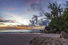 Θεαματικό ρομαντικό πορφυρό ηλιοβασίλεμα στο anse Georgette, praslin, s Στοκ Εικόνες