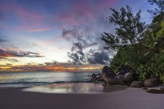 Θεαματικό ρομαντικό πορφυρό ηλιοβασίλεμα στο anse Georgette, praslin, s Στοκ Εικόνα