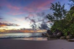 Θεαματικό ρομαντικό πορφυρό ηλιοβασίλεμα στο anse Georgette, praslin, s Στοκ Φωτογραφία