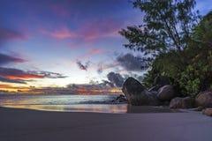 Θεαματικό ρομαντικό πορφυρό ηλιοβασίλεμα στο anse Georgette, praslin, s Στοκ Φωτογραφίες