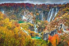 Θεαματικό τοπίο φθινοπώρου με τους μαγικούς καταρράκτες στις λίμνες Plitvice, Κροατία Στοκ Εικόνες