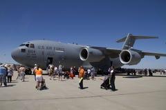 Θεατές και τεράστιο στρατιωτικό αεροπλάνο στοκ εικόνα με δικαίωμα ελεύθερης χρήσης