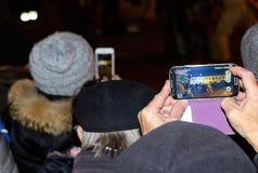 Θεατές με τα κινητά τηλέφωνα Στοκ εικόνα με δικαίωμα ελεύθερης χρήσης