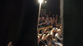 Θεατές στην αίθουσα θεάτρων που περιμένει την έναρξη του παιχνιδιού φιλμ μικρού μήκους