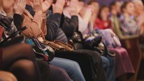 Θεατές στη αίθουσα συναυλιών που επιδοκιμάζει την απόδοση στη σκηνή στοκ εικόνα με δικαίωμα ελεύθερης χρήσης