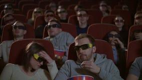 Θεατές στο τρισδιάστατο τεντωμένο γυαλιά τρομακτικό flm προσοχής Ακροατήριο στον τρισδιάστατο κινηματογράφο φιλμ μικρού μήκους