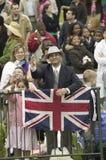 Θεατής που παρουσιάζει τη βρετανική σημαία του Union Jack στοκ φωτογραφία