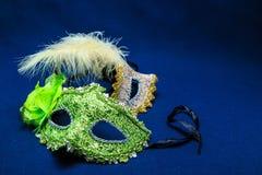 Θεατρικές μάσκες με τις διακοσμήσεις και ένα φτερό Στοκ Φωτογραφία