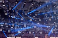 Θεατρική σκηνή με τους λειτουργώντας προβολείς Στοκ Φωτογραφία