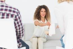 Θεράπων που δίνει έναν ιστό στη γυναίκα στη θεραπεία ζευγών Στοκ εικόνα με δικαίωμα ελεύθερης χρήσης