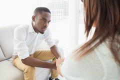 Θεράπων που συμβουλεύει τον ακούοντας ασθενή του στοκ εικόνες