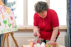 Θεραπεία ζωγραφικής με το α διανοητικά - με ειδικές ανάγκες γυναίκα στοκ φωτογραφία με δικαίωμα ελεύθερης χρήσης