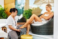 Θεραπεία ποδιών SPA Επεξεργασία προσοχής σώματος γυναικών μασάζ 'Εφαρμογή' του διαφανούς βερνικιού δερμάτων προσοχής Στοκ φωτογραφίες με δικαίωμα ελεύθερης χρήσης
