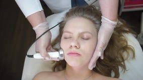 Θεραπεία προσώπου με μια ειδική συσκευή, cosmetology υλικού φιλμ μικρού μήκους