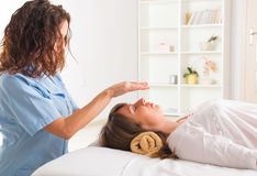 Θεραπεία Reiki στοκ φωτογραφία με δικαίωμα ελεύθερης χρήσης