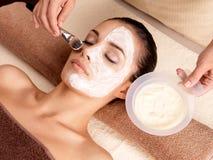 Θεραπεία SPA για τη γυναίκα που λαμβάνει την του προσώπου μάσκα Στοκ Εικόνες