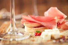Θεραπευμένα λουκάνικο κρέατος jamon και ψωμί ciabatta Στοκ Εικόνες