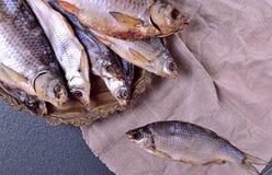 Θεραπευμένος κυπρίνος ψαριών σε ένα πιάτο σιδήρου στοκ εικόνες