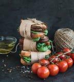 Θεραπευμένος πύργος σάντουιτς σιταριού κοτόπουλου και σπανακιού ολόκληρος με τα καρυκεύματα στοκ φωτογραφίες με δικαίωμα ελεύθερης χρήσης