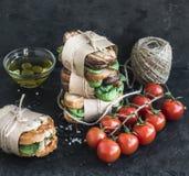 Θεραπευμένος πύργος σάντουιτς σιταριού κοτόπουλου και σπανακιού ολόκληρος με τα καρυκεύματα στοκ εικόνες