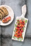 Θεραπευμένος σολομός με το κρεμμύδι, τα πράσινα και το ψωμί, Σκανδιναβικό πιάτο στοκ εικόνες