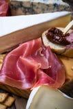 Θεραπευμένο ζαμπόν και γαλλικό ψωμί με το ξηραμένο από τον ήλιο συκώτι π ντοματών και κρέατος Στοκ Εικόνες