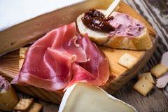 Θεραπευμένο ζαμπόν και γαλλικό ψωμί με το ξηραμένο από τον ήλιο συκώτι π ντοματών και κρέατος Στοκ φωτογραφία με δικαίωμα ελεύθερης χρήσης