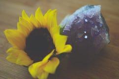 Θεραπεύοντας τα κρύσταλλα με έναν ηλίανθο, έναν αμέθυστο και ένα smokey ψευδοτοπαζιακούς Εξασθενισμένη εκλεκτής ποιότητας φωτογρα στοκ εικόνες