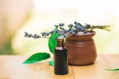 Θεραπεύοντας lavender ουσιαστικό πετρέλαιο στοκ εικόνα