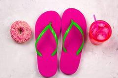 Θερινά βατραχοπέδιλα, κρύα κοκτέιλ και doughnut στοκ εικόνες με δικαίωμα ελεύθερης χρήσης
