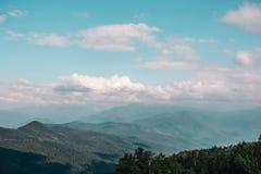 Θερινά βουνά και τοπίο μπλε ουρανού Στοκ Εικόνα